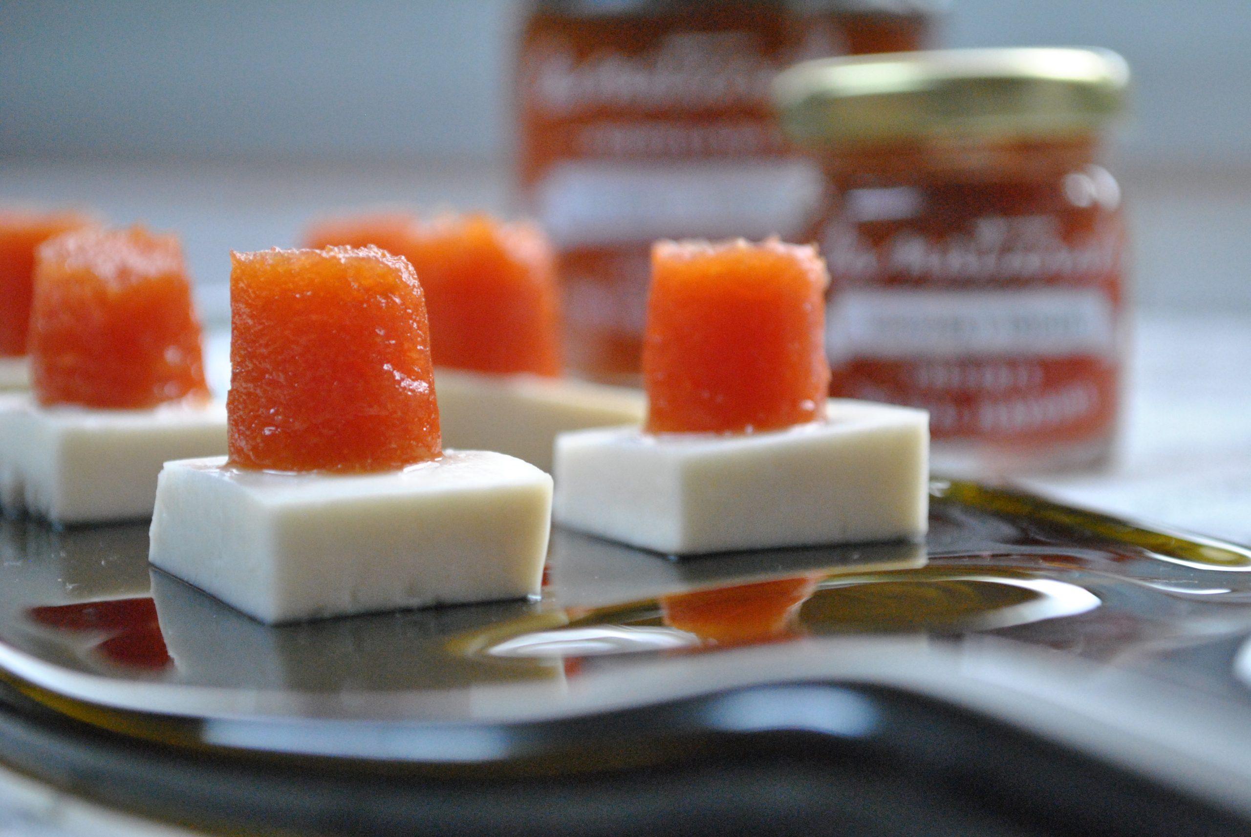 Aperitivos de queso y mermelada de guayaba y tomate
